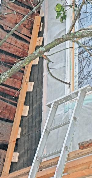 Фото 5.3.4.7. Проваленная в стародавние времена часть фронтона была выровнена уж совсем не строевыми подкладками из обшивочной доски под обрешетину