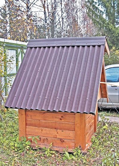 Фото 5.3.5.12. Остатками ондулина покрыта крыша колодца, ибо якобы водостойкие покрытия ее не продержались и года