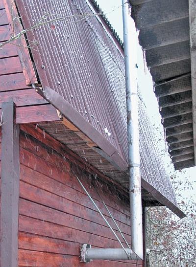 Фото 5.3.5.22. На тыльной стороне строения восстановлен прослуживший около 30 лет самодельный водосток, также покрашенный резиновой краской