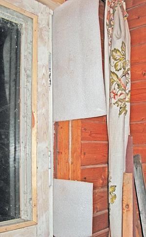 Фото 5.3.6.6. Уплотнение стыка нового оконного блока со старой стойкой проема. Для этого пригодился пеноплен