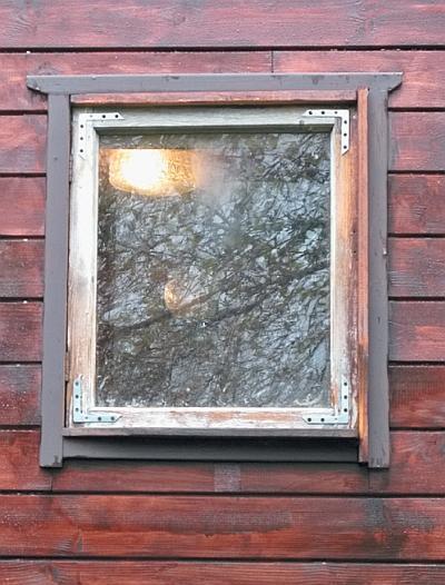 Фото 5.3.6.13. Здесь наличники сделаны из распущенных вдоль наличников для большого окна
