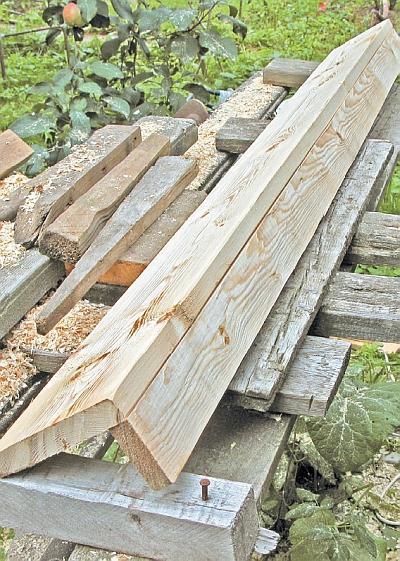 Фото 5.3.8.18. Завершающий элемент крыши тамбура был выполнен из ставшего уже привычным деревянного уголка