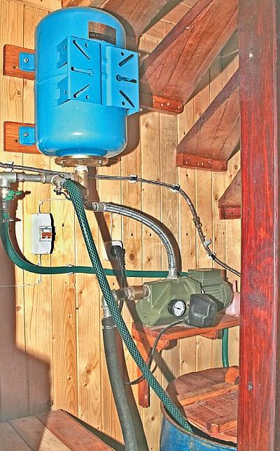 Фото 5.3.9.2. Емкость для воды и насосную станцию удалось разместить даже под весьма компактной лестницей
