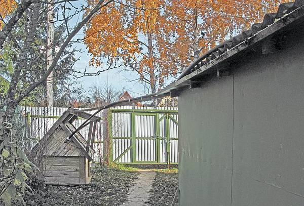 Фото 5.3.9.7. С соблюдением постоянного уклона труба подводится к крыше пристроенного гаража, …
