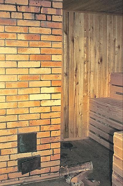Фото 6.2.1. Классический вариант русской бани – парная с массивной кирпичной печью-каменкой и моечная находятся в одном помещении. Печь топится фактически из парной