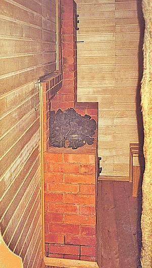 Фото 6.2.3. Компактная кирпичная печь с открытой каменкой на обыкновенной чугунной плите. Тепла для образования кондиционного пара мало, поэтому париться можно преимущественно в «финском» варианте