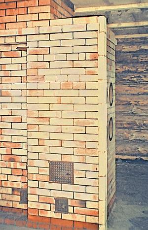 Фото 6.2.4. Шамотный кирпич, имеющий более высокую теплопроводность по сравнению с красным витебским, лучше подходит для сооружения банных печей. Печь сложена, осталось возвести перегородки, и можно париться