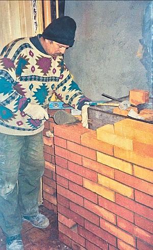 Фото 6.5.6. Если общая конструкция бани (компоновка и материалы ограждений) позволяет, металлическую печь ограждают кирпичной кладкой